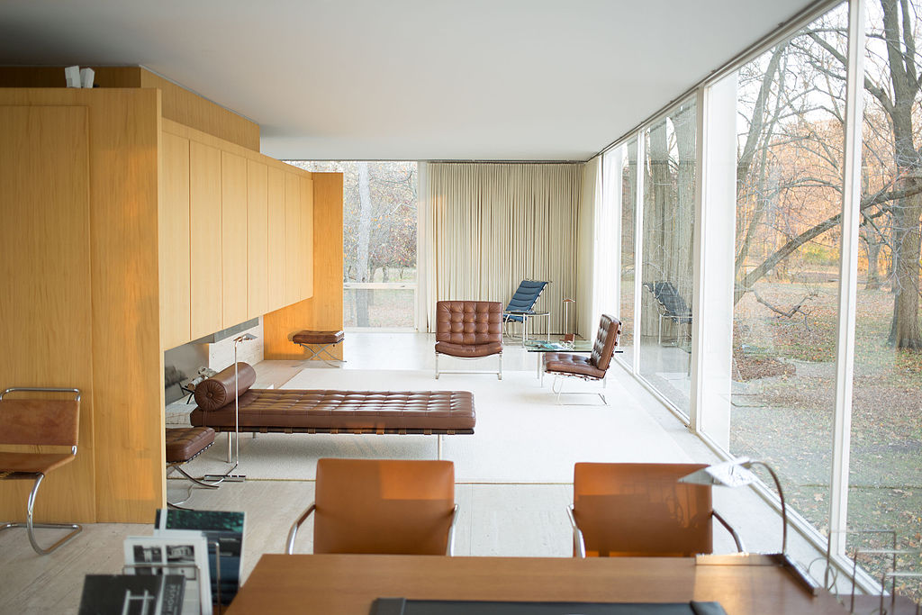 1024px-Farnsworth_House_by_Mies_Van_Der_Rohe_-_interior-2