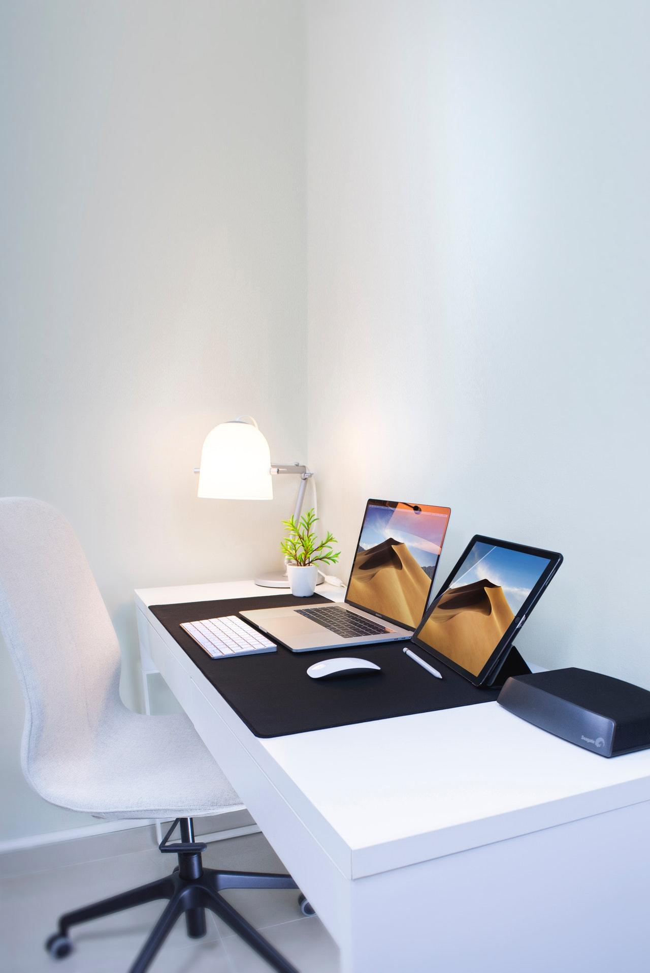 computer-connection-desk-2528118