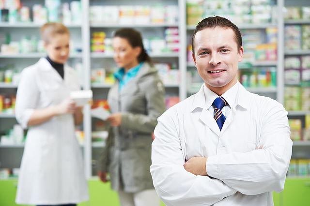 640px-Medico_dermatologo_boticas_qf