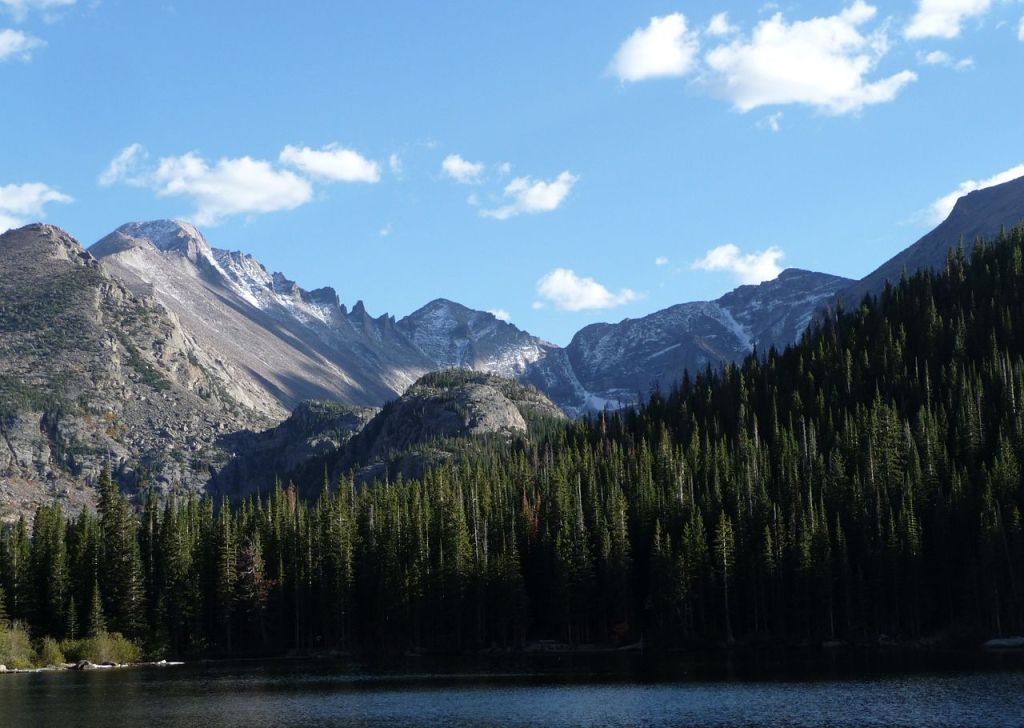1280px-Rocky_Mountain_National_Park_in_September_2011_-_Glacier_Gorge_from_Bear_Lake