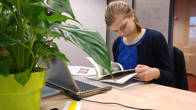 studying-girl-1625793_640