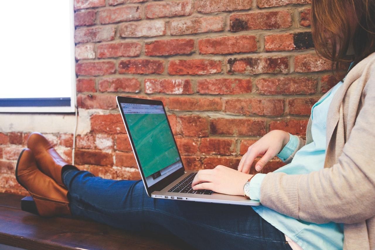 businesswoman-digital-nomad-job-7352